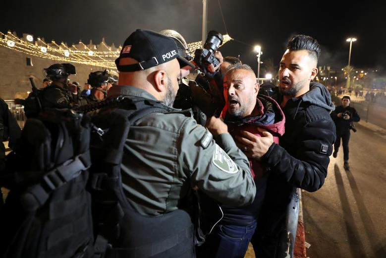 عکس/ حمله نظامیان صهیونیست به خبرنگاران