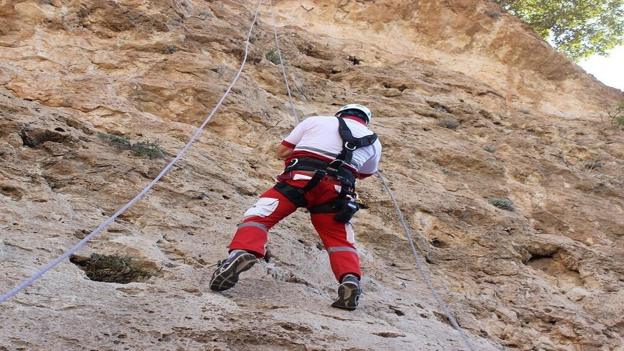 نجات خودروی گرفتار در کوههای منطقه گردشگری شیران هریس