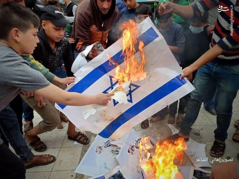 آتش زدن پرچم اسرائیل توسط جوانان فلسطینی