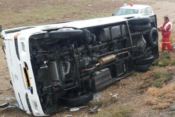 واژگونی و سقوط یک دستگاه مینی بوس به دره در محور ساری-تاکام