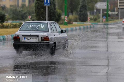 آبگرفتگی محورهای جادهای در اصفهان به دلیل بارشهای عصر امروز