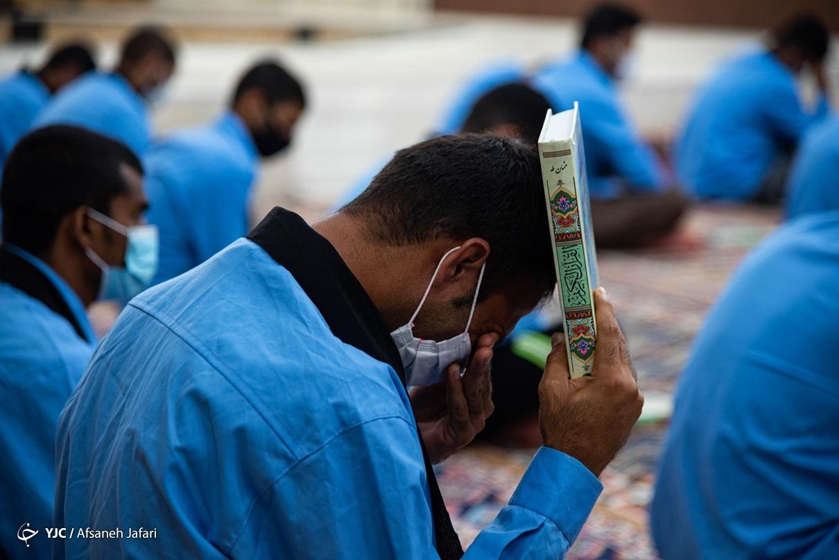 عکس/ اشک و تمنا زیر سایه قرآن در زندان مرکزی بوشهر