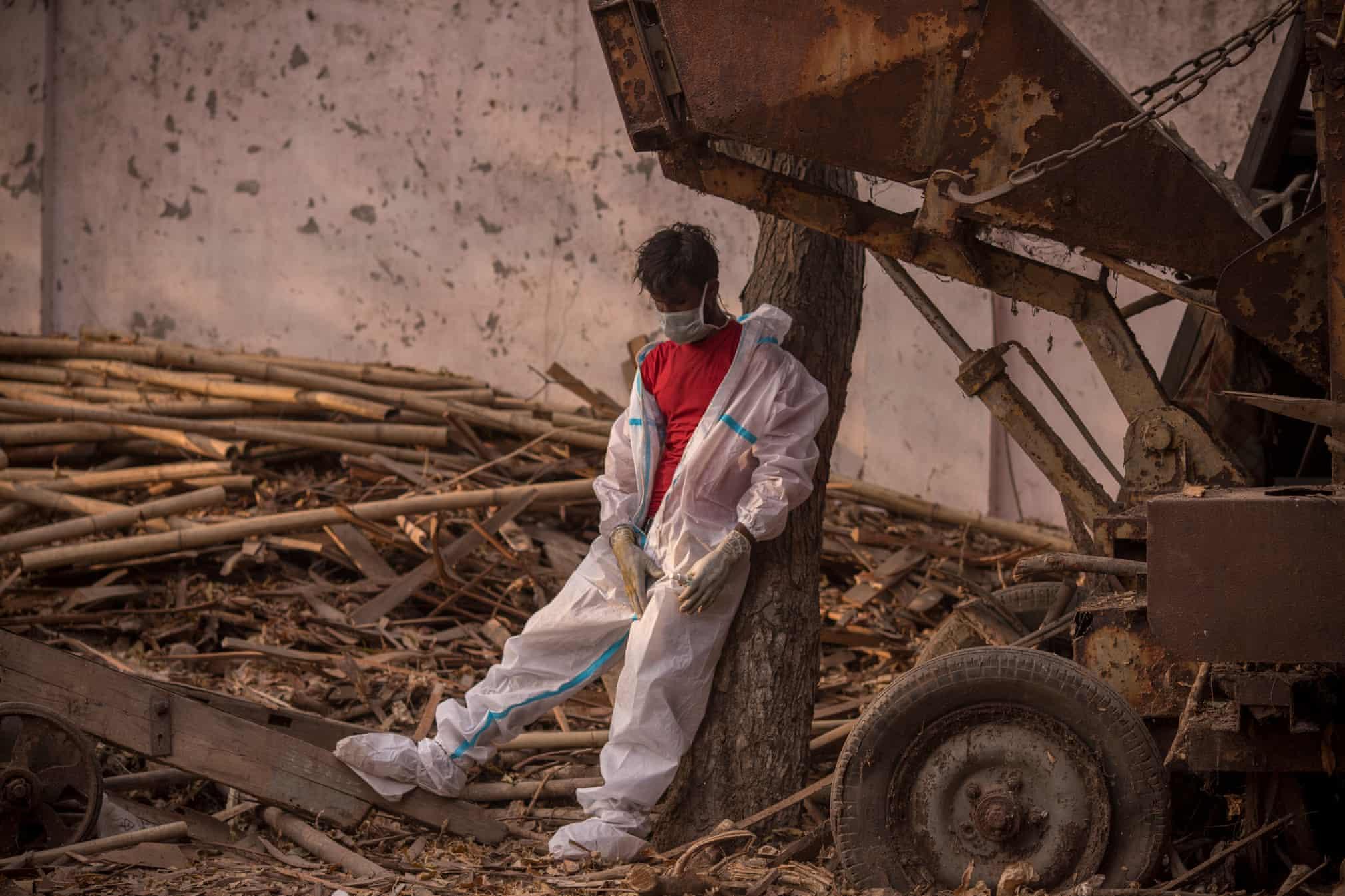 کارگر خسته و بی رمق هندی در محل سوزاندن اجساد کرونایی