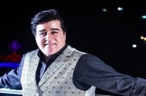 اجرای زنده و دیدنی مهدی یغمایی در وصف امام علی (ع)