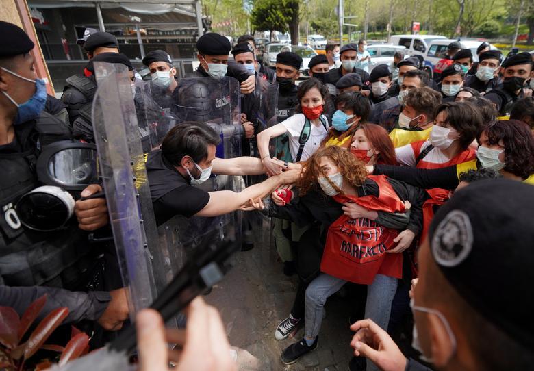 درگیری پلیس ضد شورش ترکیه به دنبال نادیده گرفته شدن محدودیت ها