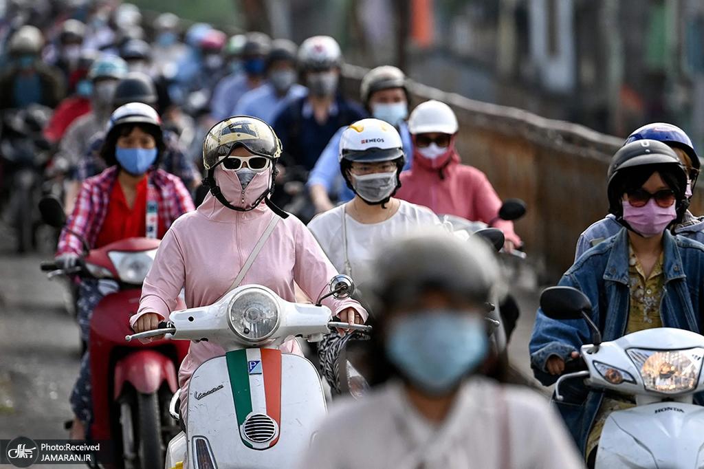 موتورسواران در ویتنام در میان نگرانی در مورد ویروس کرونا ماسک به صورت دارند