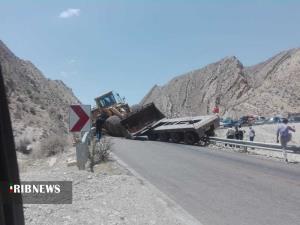 واژگونی تریلر حامل لودر در جاده قیروکارزین به فیروزآباد