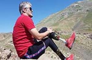 تلاش ستودنی یکی از معلولین شهرستان ملایر برای صعود به قله 2317