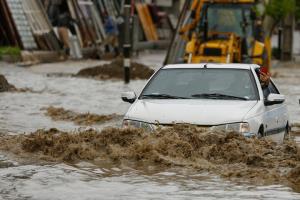 حجم زیاد سیلاب در جاده گناباد