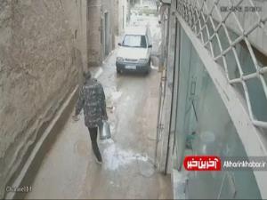 لحظه فرو ریختن دیوار در پی بارش شدید باران