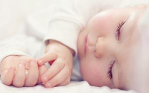 لالایی سوزناک پدر برای دختر 18 ماهه اش در بیمارستان