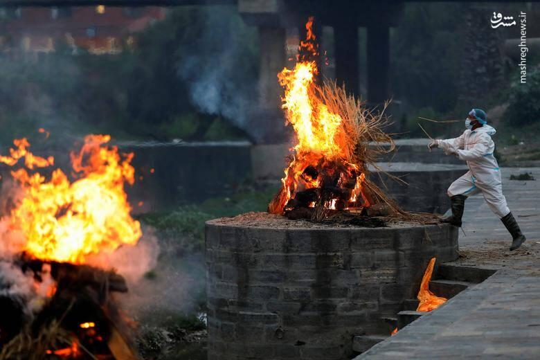 سوزاندن اجساد قربانیان کرونا در نپال