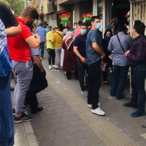 صف فروش دلار مقابل صرافیهای تهران
