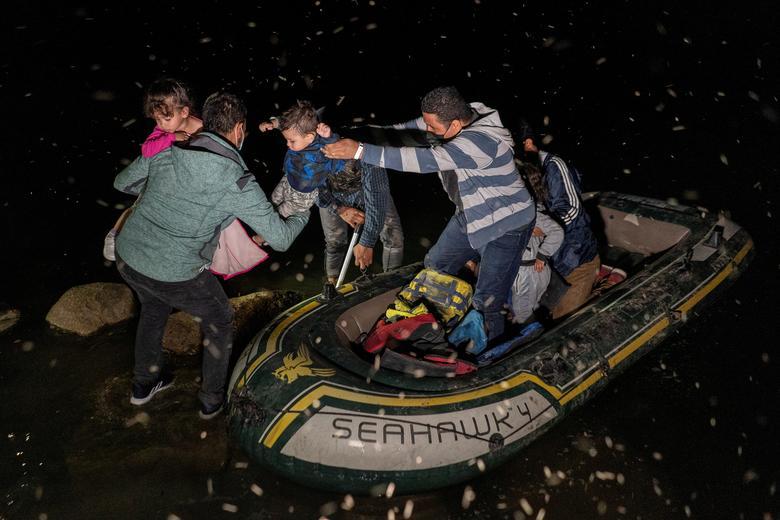 مصائب حضور کودکان پناهنده در عبور از رودخانه مرزی