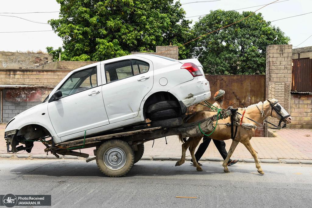 انتقال اتومبیل با گاری اسبی به یک تعمیرگاه در هند