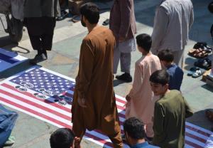پرچمهای رژیم صهیونیستی و آمریکا زیر پای نمازگزاران در افغانستان
