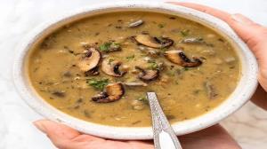 طرز تهیه سوپ گندم سیاه خامهای با قارچ