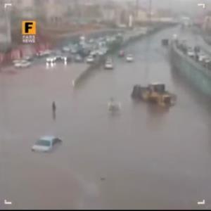 گیر کردن خودروها در سیل امروز تبریز