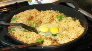 طرز تهیه خوراک ساده با نودل و تخم مرغ