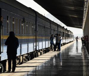 ایجاد مزاحمت چند پسر برای یک دختر در ایستگاه قطار با پایان وحشتناک!