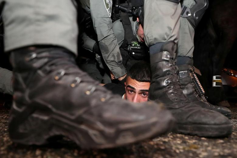 یک معترض فلسطینی زیر چکمه های صهیونیست ها