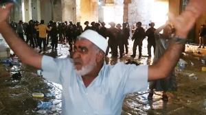 تصاویری از حمله نظامیان رژیم صهیونیستی به نمازگزاران مسجدالاقصی
