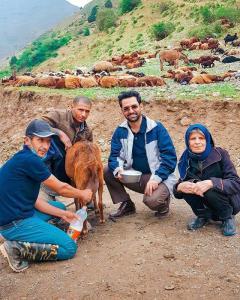 چهرهها/ آقای وزیر در جمع دوستانه یک خانواده روستایی