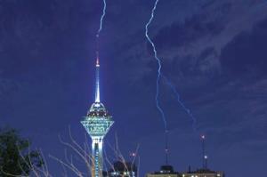 لحظه شگفتانگیز برخورد صاعقه با برج میلاد
