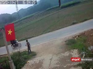 بی احتیاطی پسر بچه در عبور از خیابان