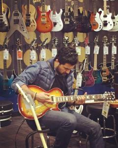 چهرهها/ احوالات حامد بهداد در هنگام نواختن گیتار