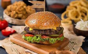غذای ملل/ همبرگر خانگی با پیاز کاراملی