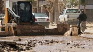 گرفتار شدن ۲ خودرو نیسان و پراید در سیلاب نطنز