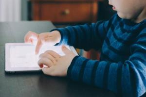 آیا کتابهای دیجیتال موجب حواس پرتی کودکان میشود؟