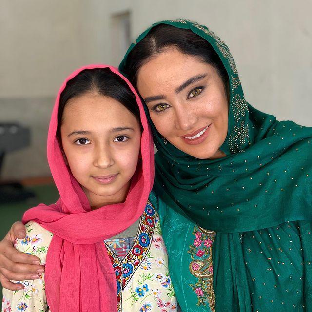 چهره ها/ عکس یادگاری بهاره افشاری با دختر افغان