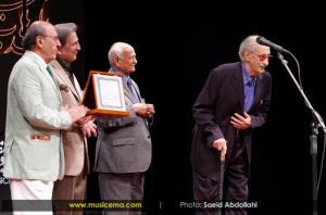 بوسه همایون شجریان بر دستان مرحوم عبدالوهاب شهیدی در سال 92