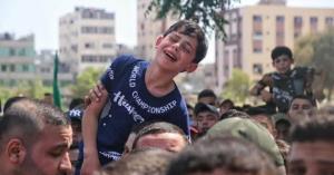 وداع دردناک کودک فلسطینی با پدر و برادر شهیدش