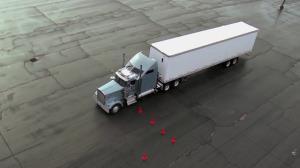 دقت بسیار بالای رانندگان در پارک کردن تریلی روی لنج