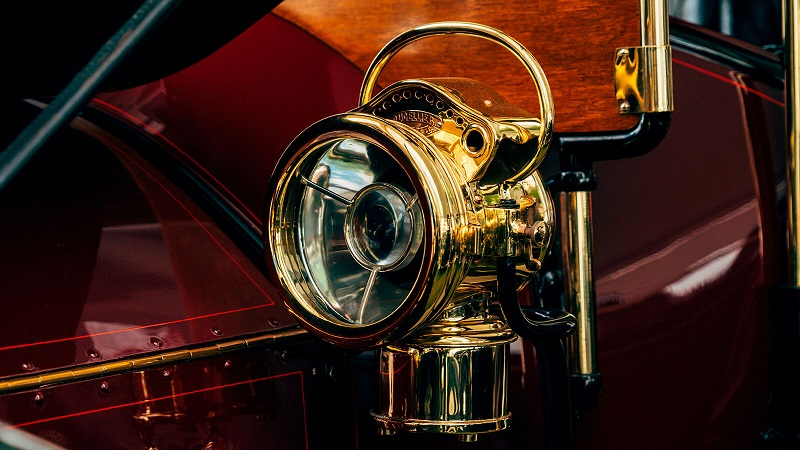 کدام خودروساز اولین چراغهای برقی را اختراع کرد؟