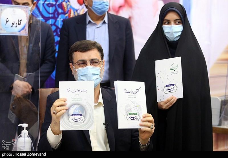 عکس/ قاضی زاده هاشمی هم با برنامه به ستاد انتخابات آمد