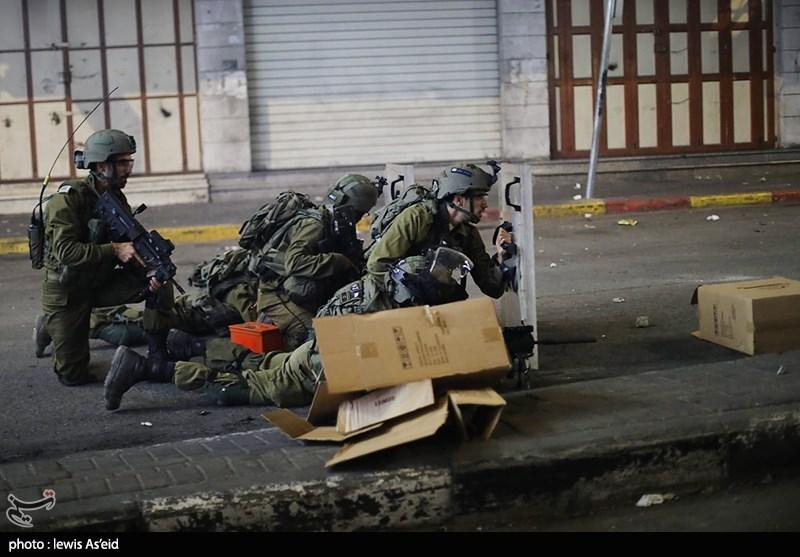 عکس/ پنهان شدن نظامیان مسلح صهیونیست پشت سپرهای محافظ