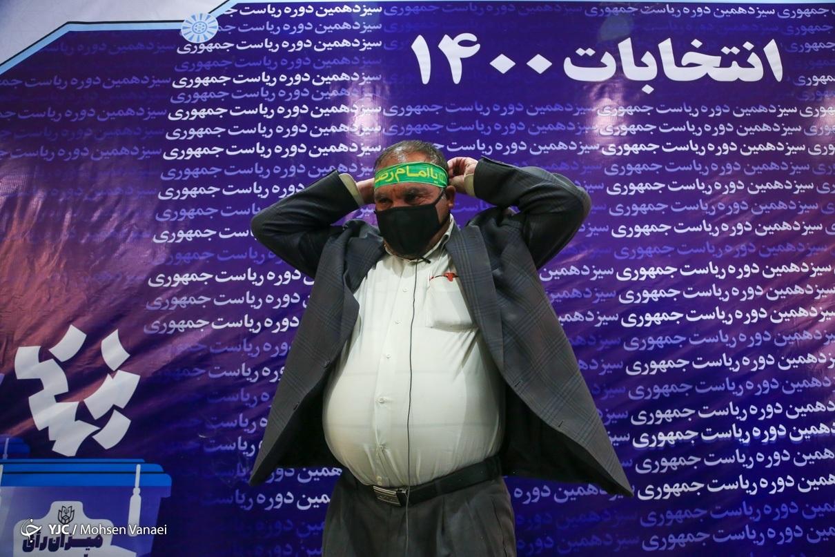 عکس/ داوطلبی با سربند امام رضا (ع) در ستاد انتخابات
