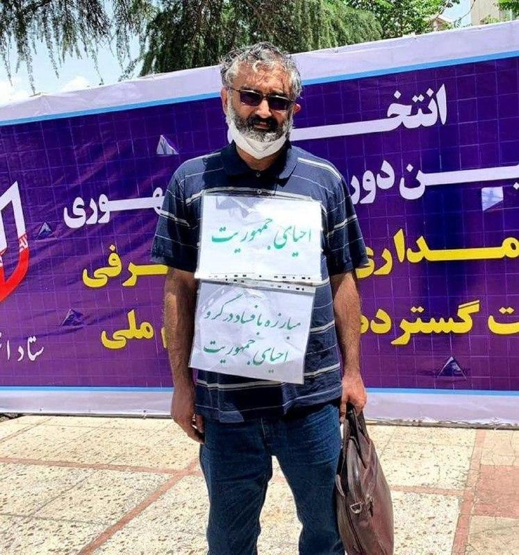 عکس/ شعارهای داوطلب مبارزه با فساد در ستاد انتخابات!