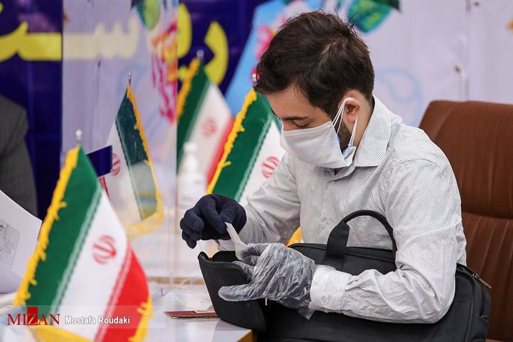 عکس/ داوطلب جوان ریاست جمهوری با رعایت کامل پروتکل های بهداشتی