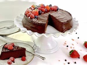 روشی عالی برای تهیه «کیک خیس شکلاتی» خوشمزه و بهاری