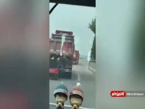 تصادف عجیب موتور سوار با تریلی در چین
