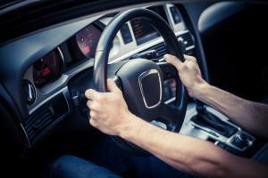 دلایل لرزش فرمان چیست؟ چطور از لرزیدن فرمان خودرو جلوگیری کنیم؟