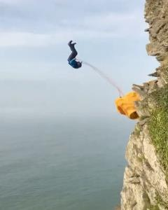 پرش هیجان انگیز از بالای صخره ها