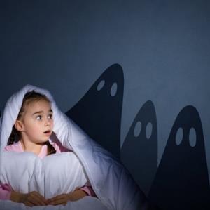 چطور با کودکانی که ترس از تاریکی دارن صحبت کنیم؟
