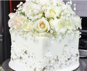 خامه کشی و تزئین کیک با گل های طبیعی
