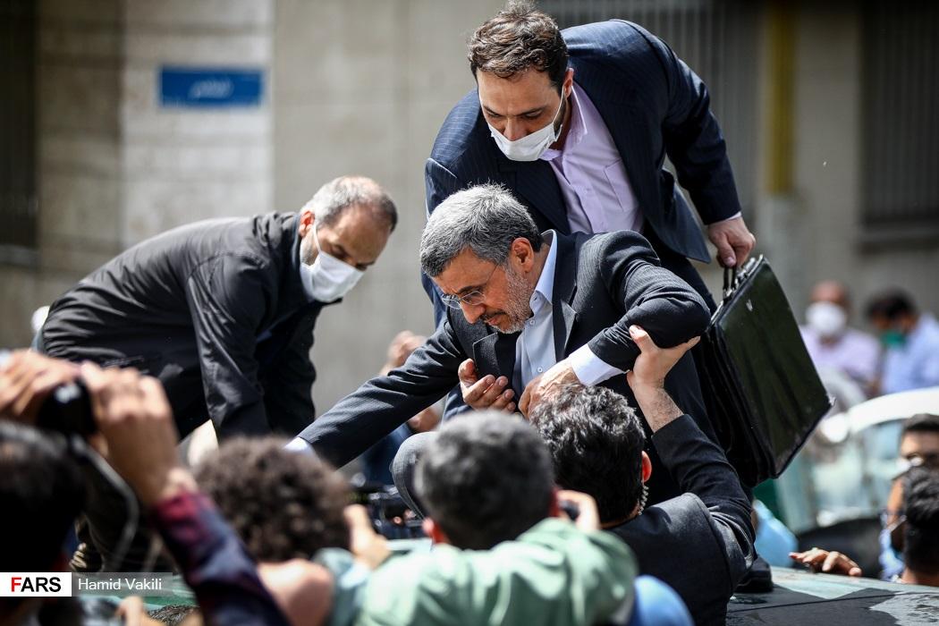 عکس/ حضور احمدی نژاد در میان هوادارانش مقابل وزارت کشور